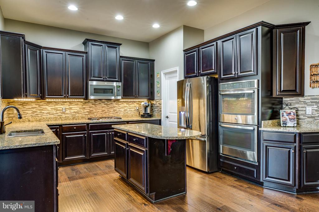 Gourmet kitchen with upgraded espresso cabinets - 98 GENEVIEVE CT, FREDERICKSBURG