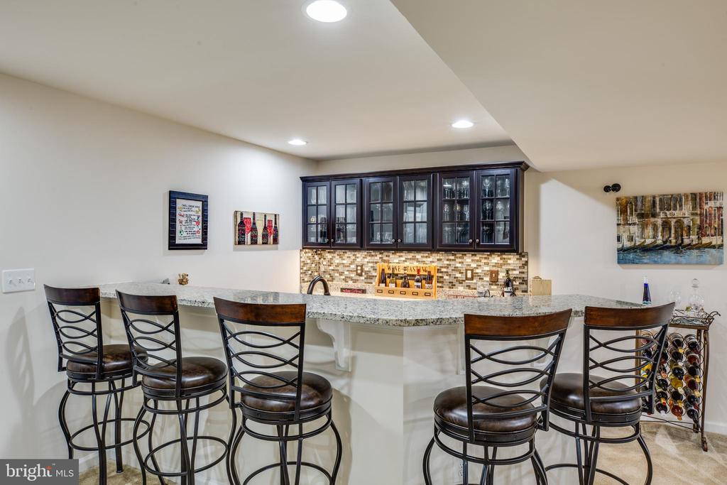 Basement wet bar w/ granite counters &  tile floor - 98 GENEVIEVE CT, FREDERICKSBURG
