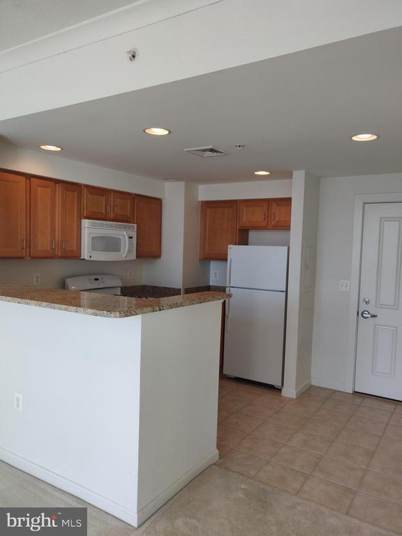 Large bright and open kitchen - 4480 MARKET COMMONS DR #613, FAIRFAX