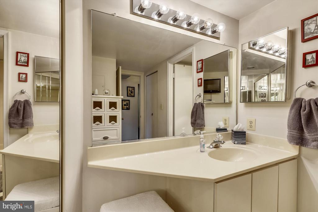 Thoughtful use of this space ~ good closet - 2100 LEE HWY #114, ARLINGTON
