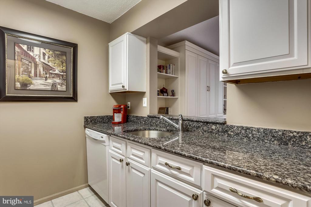 Granite counters and pass through to living area - 2100 LEE HWY #114, ARLINGTON