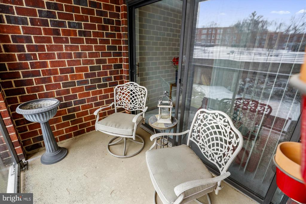 Sit outside with your morning coffee - 2100 LEE HWY #114, ARLINGTON