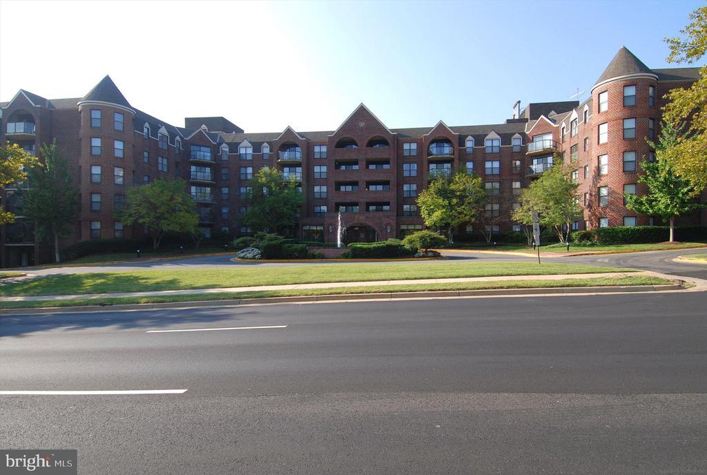 Wonderful, green campus at The Astoria - 2100 LEE HWY #114, ARLINGTON