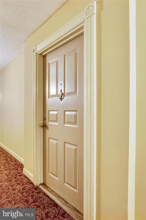 1st floor efficiency on back side of building - 2100 LEE HWY #114, ARLINGTON
