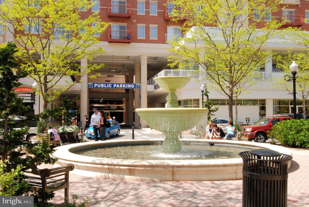 Nearby Market Commons fountain - 2100 LEE HWY #114, ARLINGTON