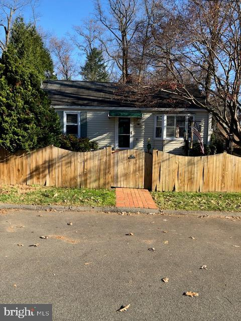 Lovely Ranchette on Quiet Hill Street Fully Fenced - 3719 HILL ST, FAIRFAX