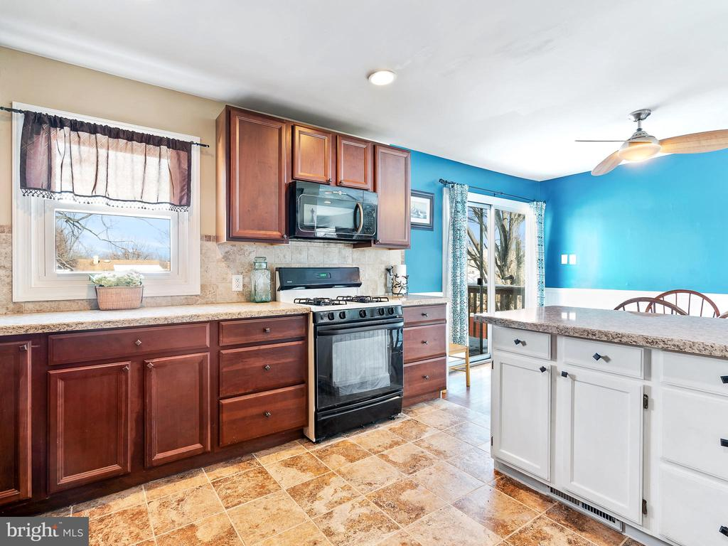 Kitchen showing Peninsula - 9716 LAFAYETTE AVE, MANASSAS