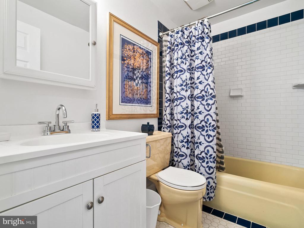Main Hall Bath - 9716 LAFAYETTE AVE, MANASSAS