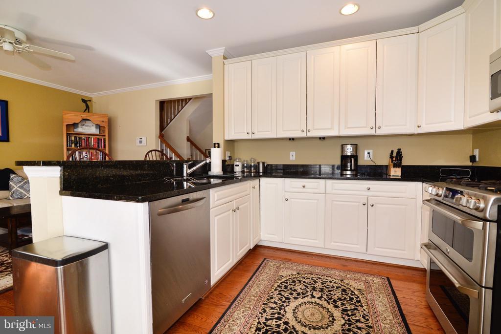 Gourmet kitchen with hardwood floors - 12171 TRYTON WAY, RESTON