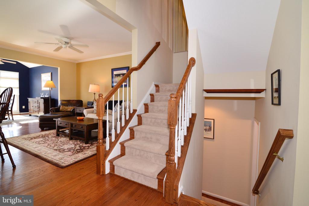 Classic hardwood stair case - 12171 TRYTON WAY, RESTON