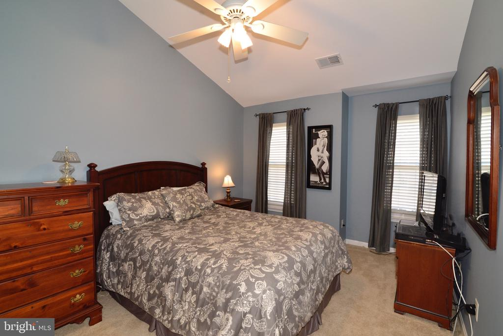 Third upper level bedroom with vaulted ceiling - 12171 TRYTON WAY, RESTON