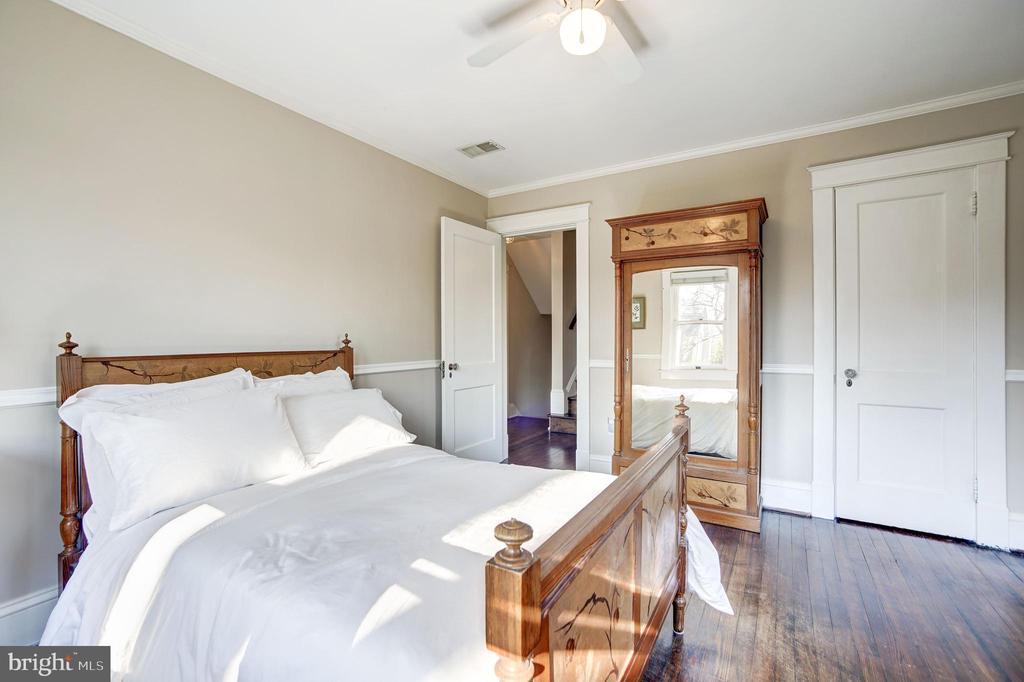 Five very spacious bedrooms - 115 W MAPLE ST, ALEXANDRIA