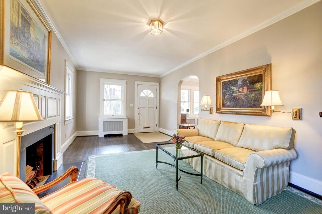 Living room with crown molding. - 115 W MAPLE ST, ALEXANDRIA