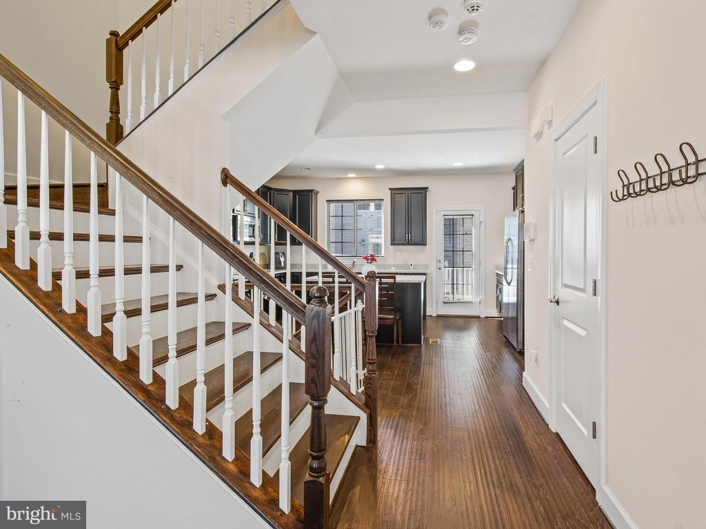 First Floor Hallway - 10662 VIEWMONT LN, MANASSAS