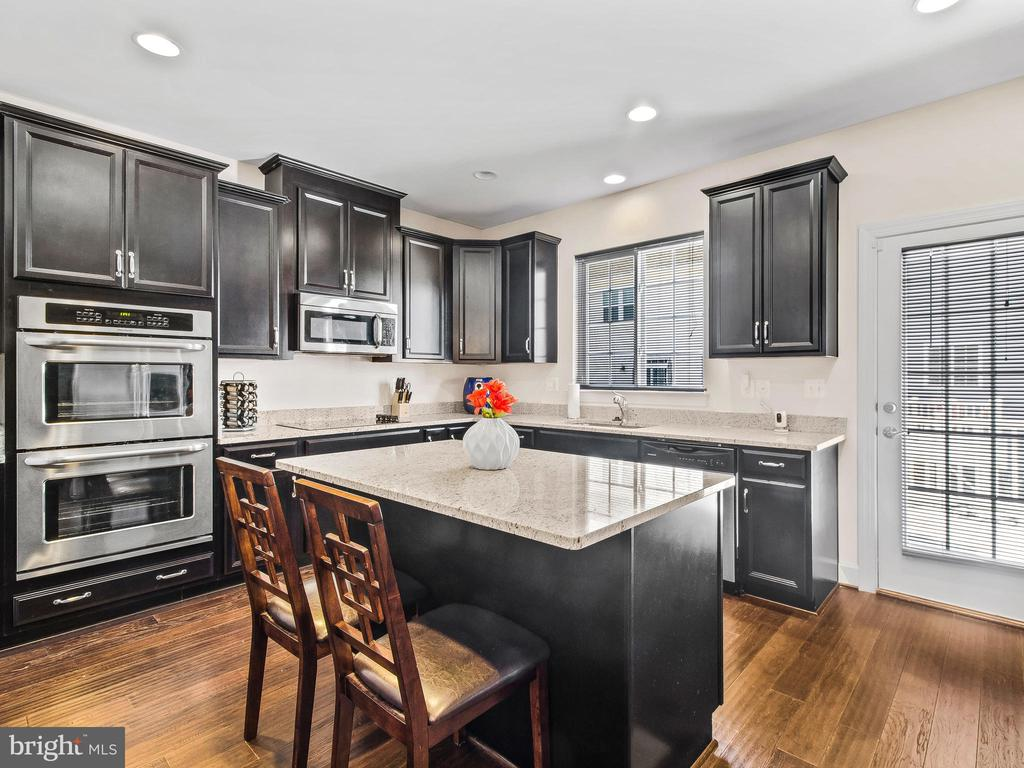 Gourmet Kitchen with Breakfast Bar - 10662 VIEWMONT LN, MANASSAS