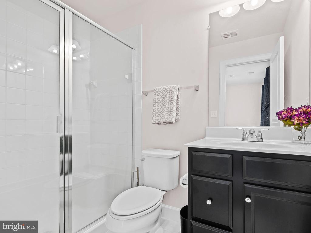 Ensuite Bath for 1st Floor Bedroom - 10662 VIEWMONT LN, MANASSAS