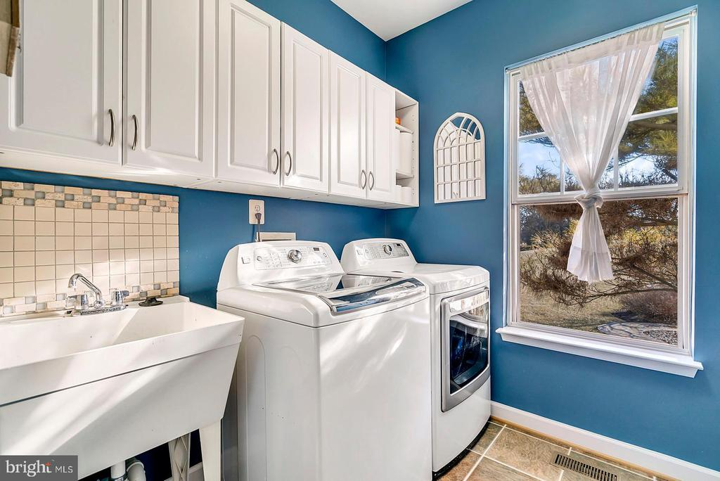 Laundry room of the garage entrance. - 25955 MCCOY CT, CHANTILLY
