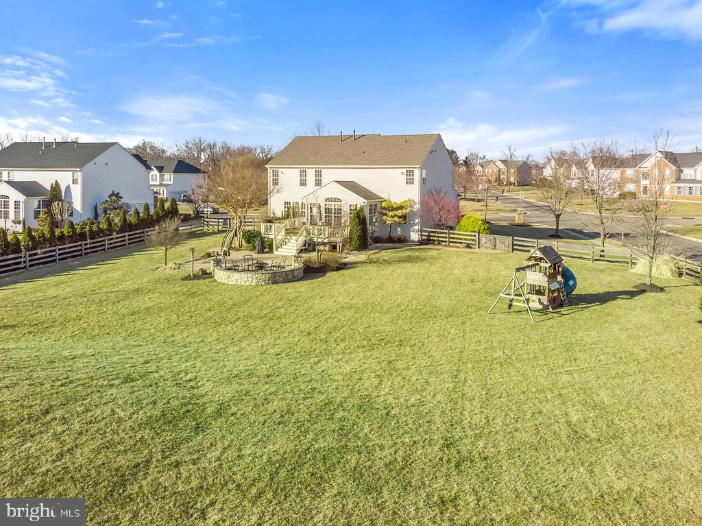 Large fenced property and playground conveys - 25955 MCCOY CT, CHANTILLY