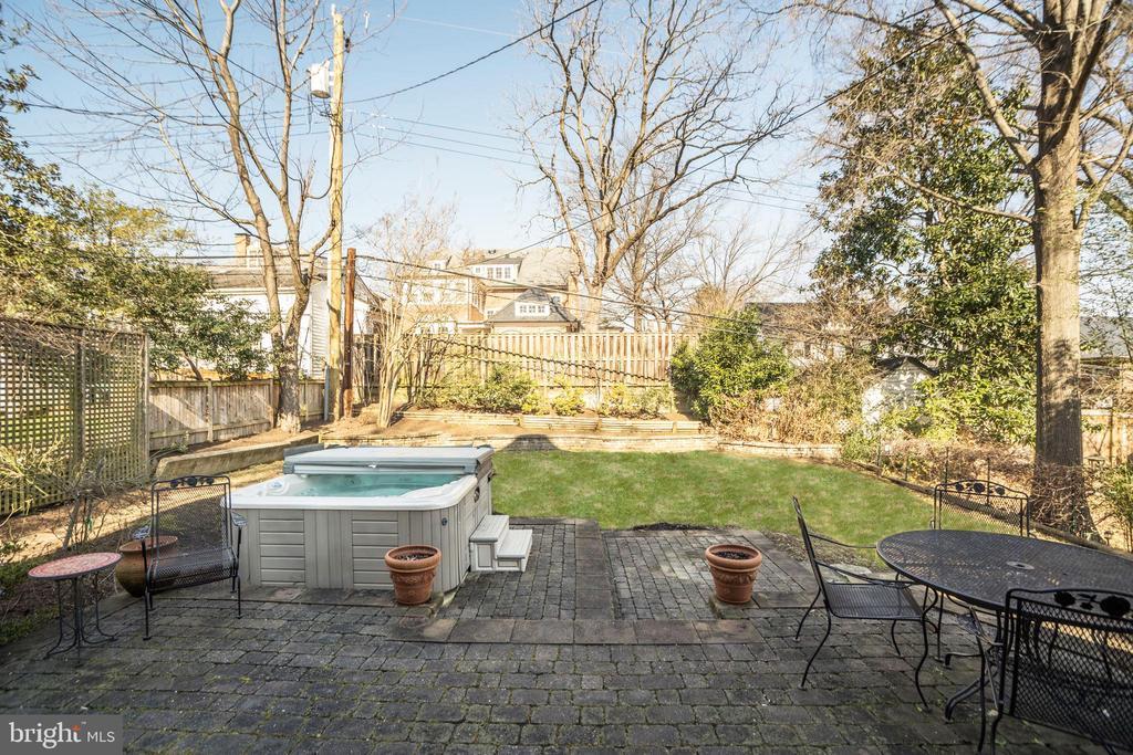 Enjoy  entertaining  in your flat backyard - 115 W MAPLE ST, ALEXANDRIA