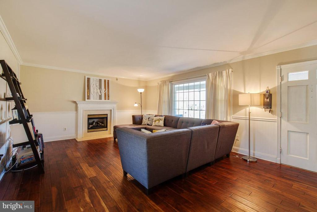 Inviting Living room with gas fireplace - 4314 MARKWOOD LN, FAIRFAX