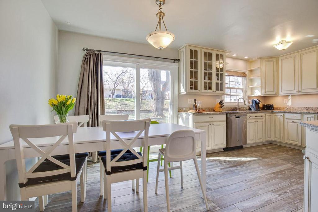 Renovated eat in kitchen - 4314 MARKWOOD LN, FAIRFAX