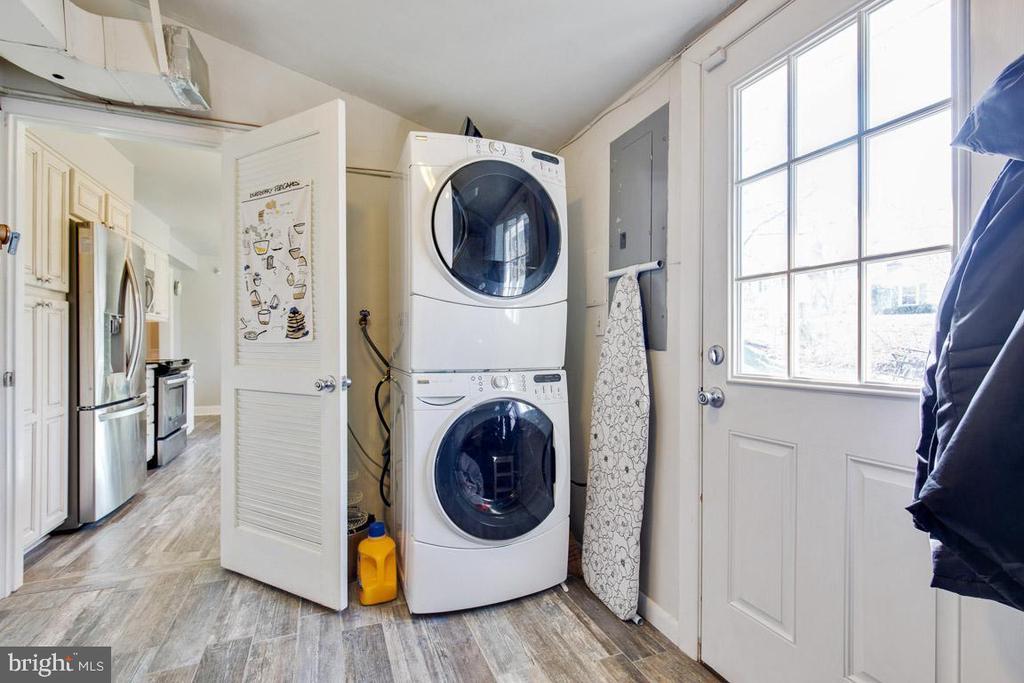 Mudroom/laundry (leads to garage) - 4314 MARKWOOD LN, FAIRFAX