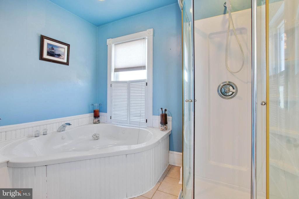 Master bath with Whirlpool tub and separate shower - 3722 KANAWHA AVE, POINT OF ROCKS