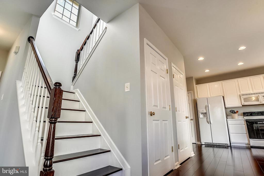 Open stairwell lets in so much light - 4992 BREEZE WAY, DUMFRIES