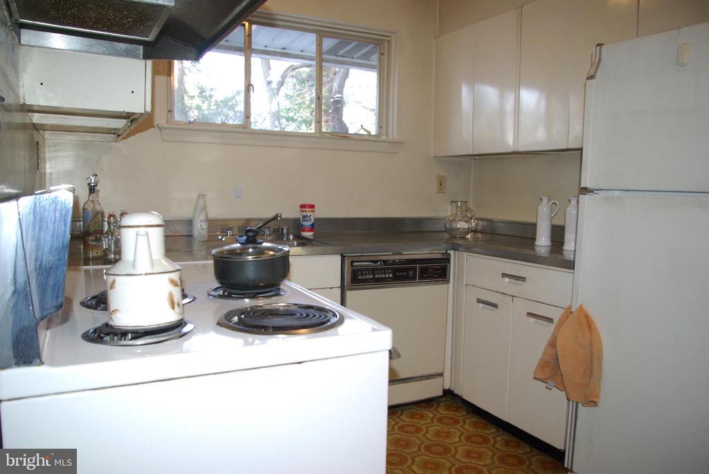 Kitchen second view - 7604 GLENNON DR, BETHESDA