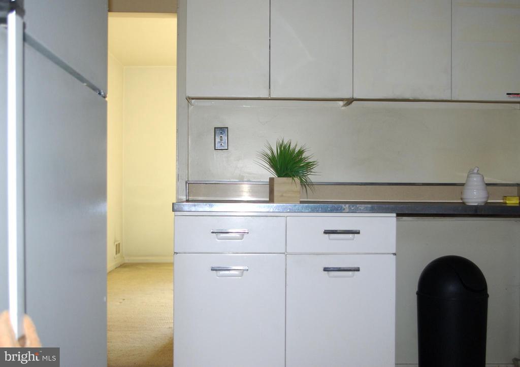 Kitchen third view - 7604 GLENNON DR, BETHESDA