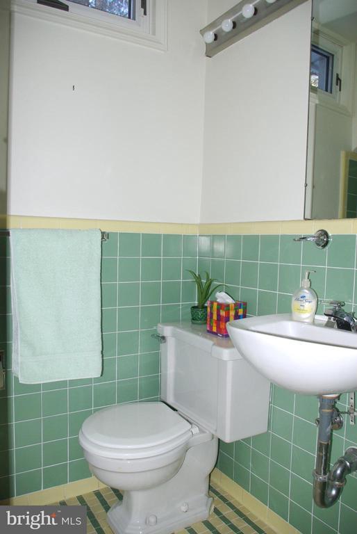 Upstairs Hall full Bathroom - 7604 GLENNON DR, BETHESDA