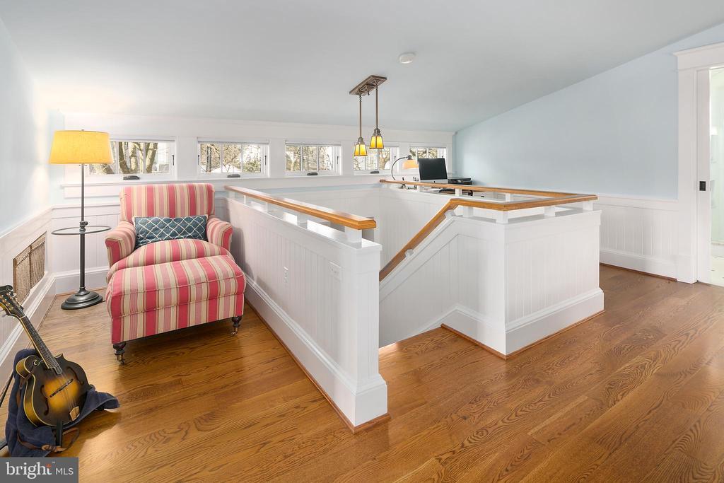 Sitting area in owner's suite - 1714 N CALVERT ST, ARLINGTON