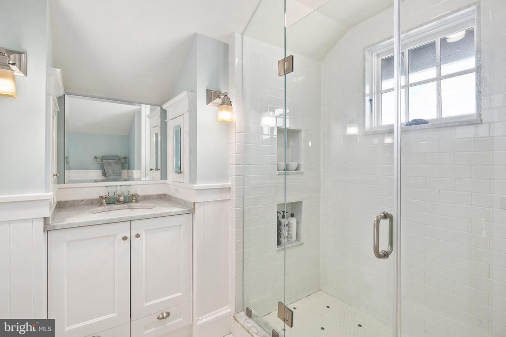 Striking master bathroom - 1714 N CALVERT ST, ARLINGTON