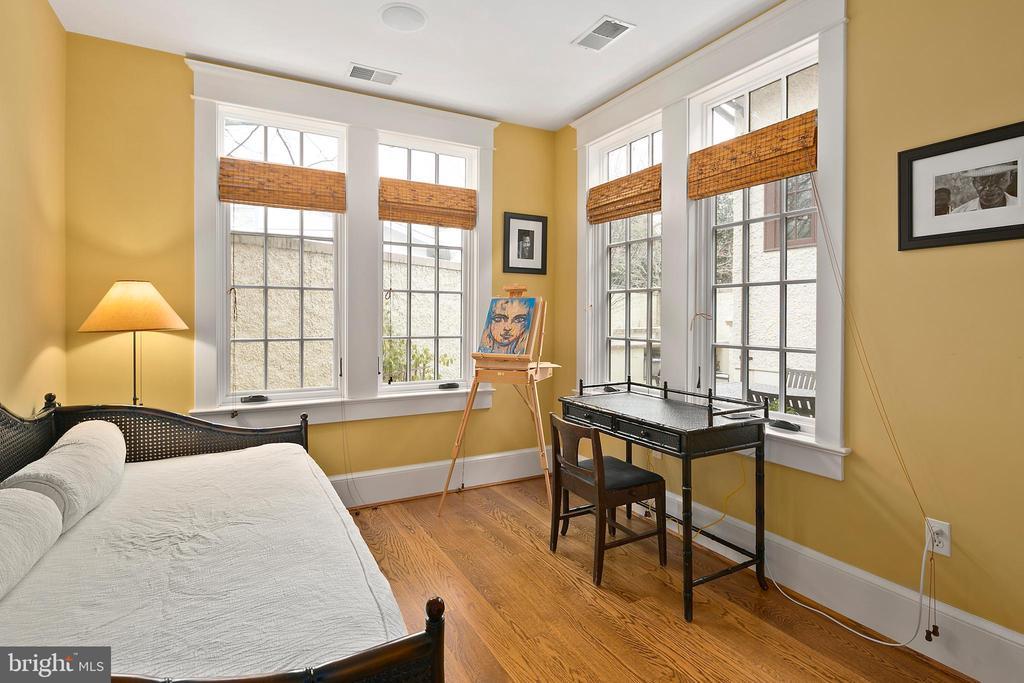 Bedroom with en suite bathroom - 1714 N CALVERT ST, ARLINGTON