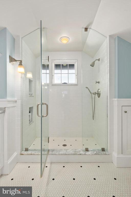 Large master bathroom shower - 1714 N CALVERT ST, ARLINGTON
