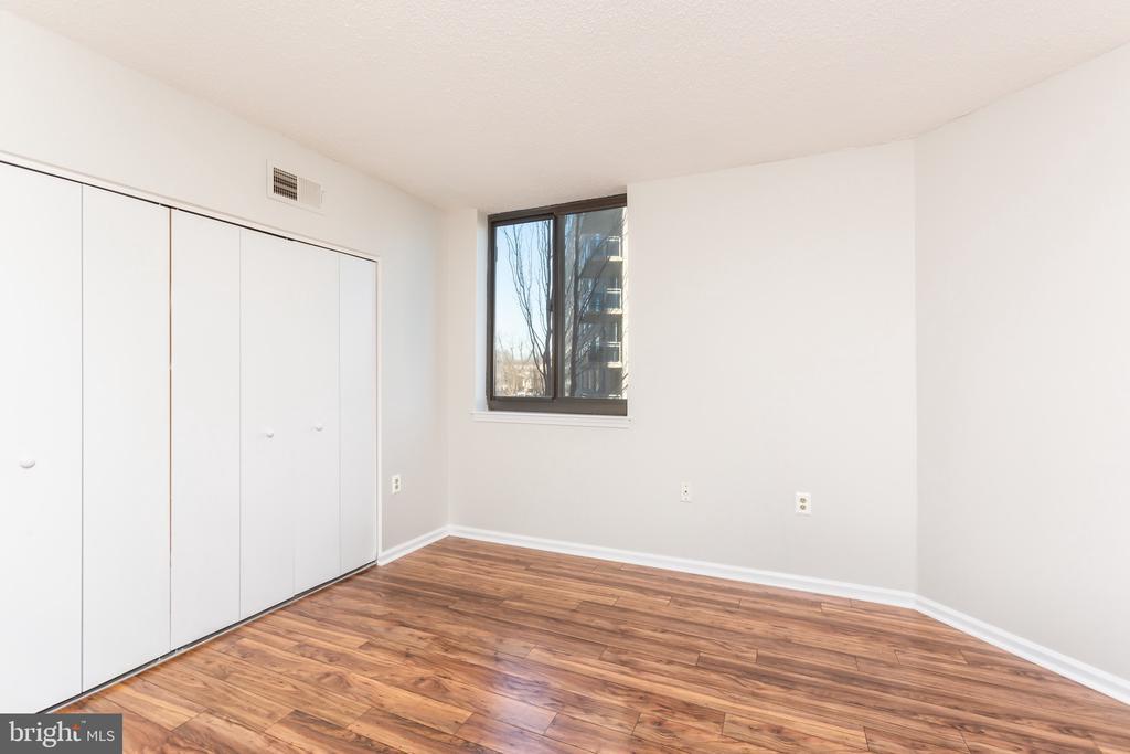 Spacious master bedroom - 1001 N RANDOLPH ST #323, ARLINGTON