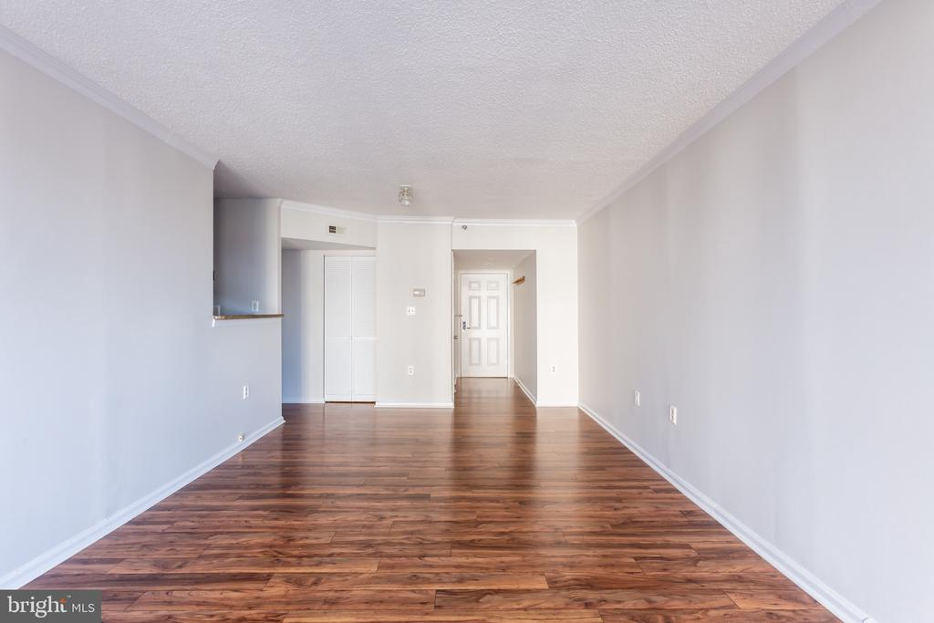 Living Area facing front door - 1001 N RANDOLPH ST #323, ARLINGTON