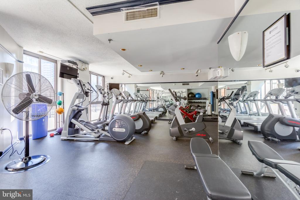 Exercise room overlooking pool and picnic area - 1001 N RANDOLPH ST #323, ARLINGTON