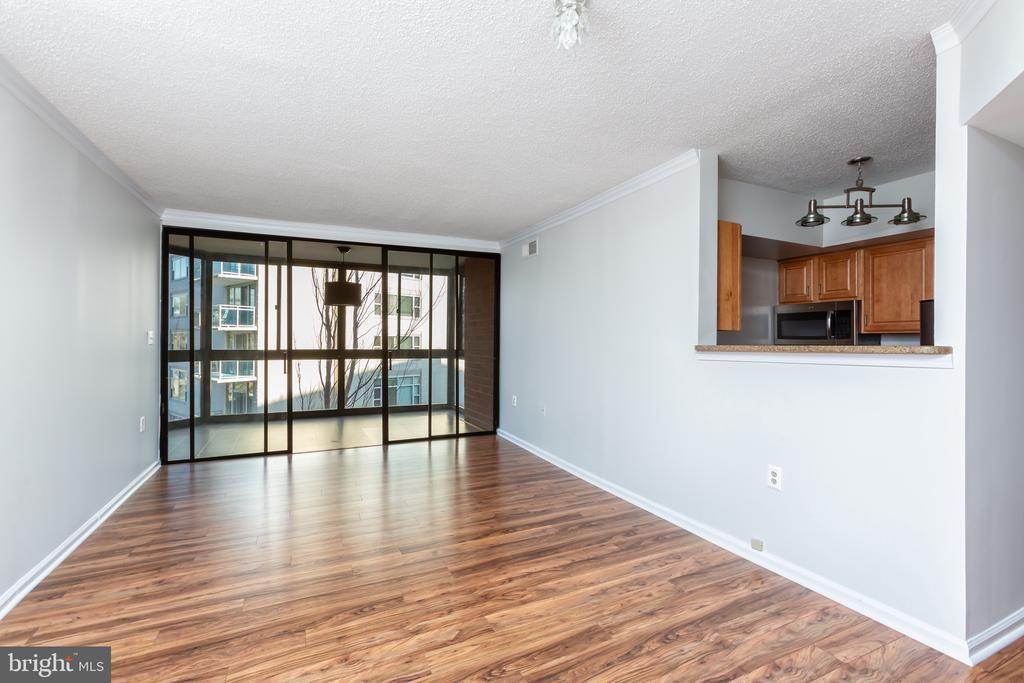 Spacious and sunny living area - 1001 N RANDOLPH ST #323, ARLINGTON
