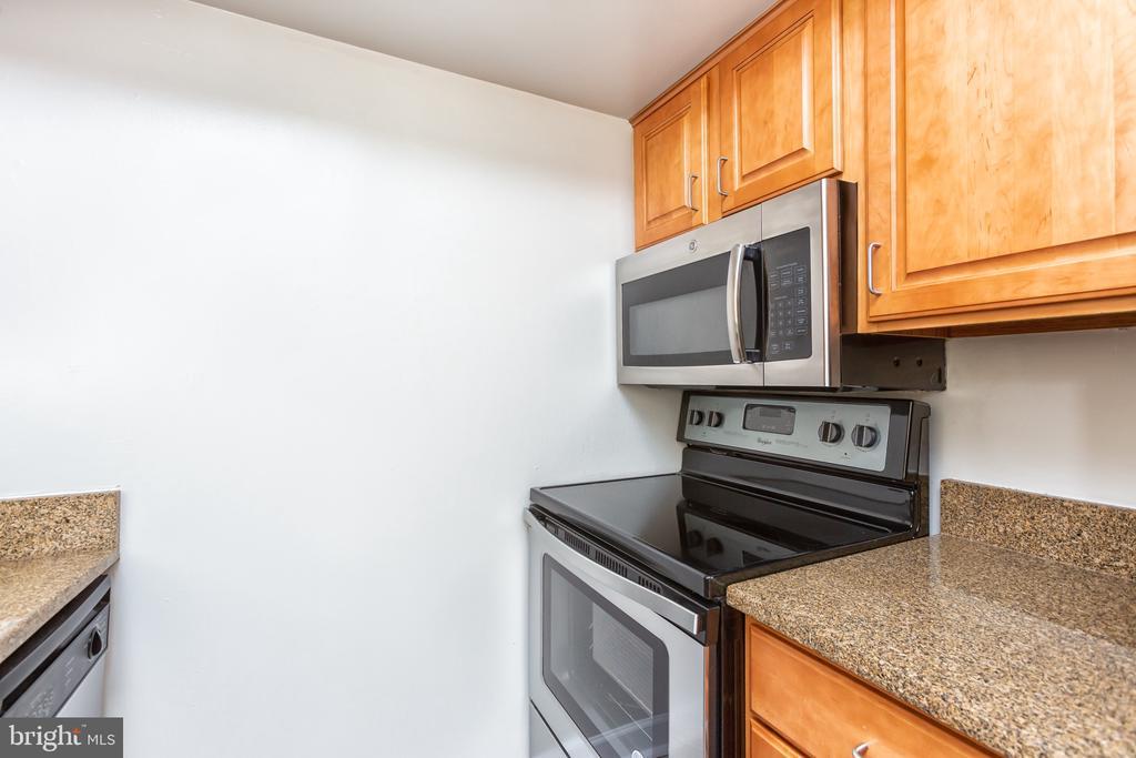 Brand new range/stove - 1001 N RANDOLPH ST #323, ARLINGTON