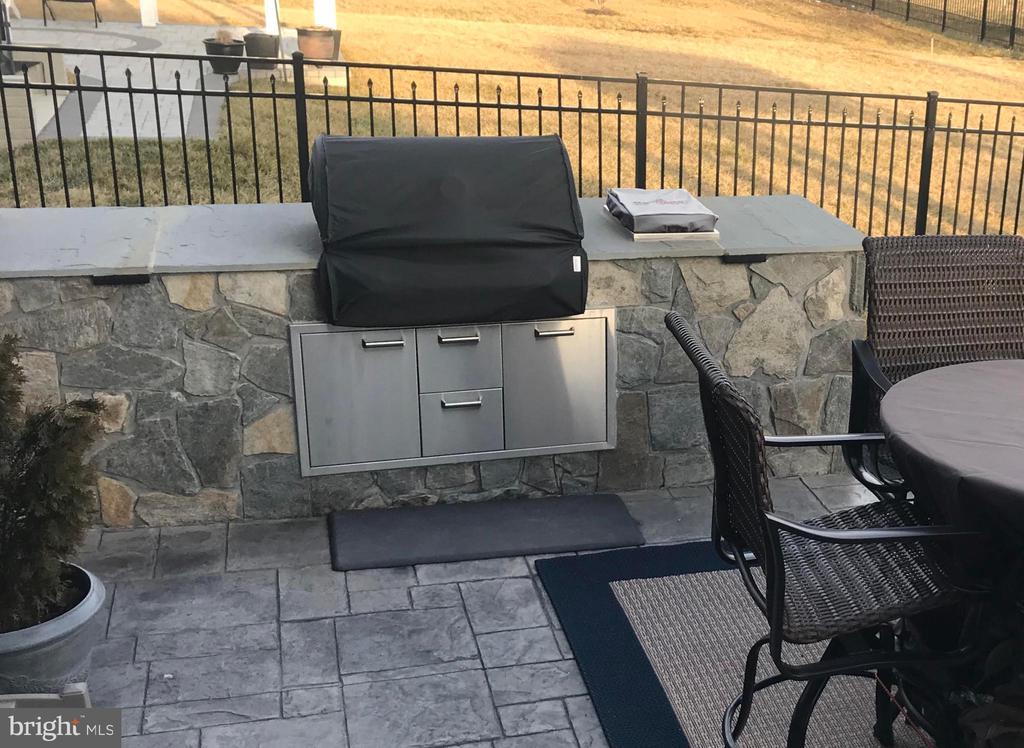 Built in BBQ for your summer entertaining - 2565 PASSIONFLOWER CT, DUMFRIES