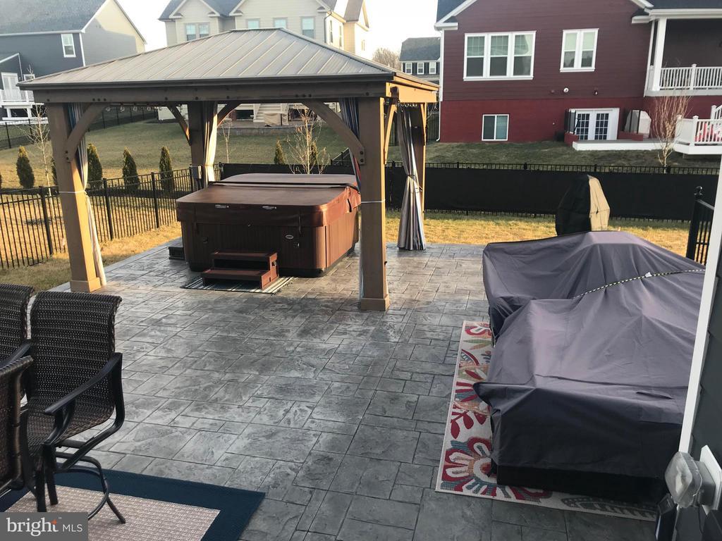 Huge 800sft patio! Gazebo conveys - 2565 PASSIONFLOWER CT, DUMFRIES