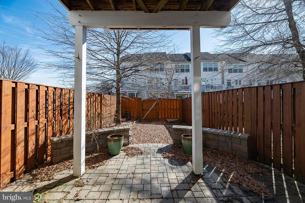 Beautiful stone patio in the fully-fenced yard! - 20404 TRAILS END TER, ASHBURN