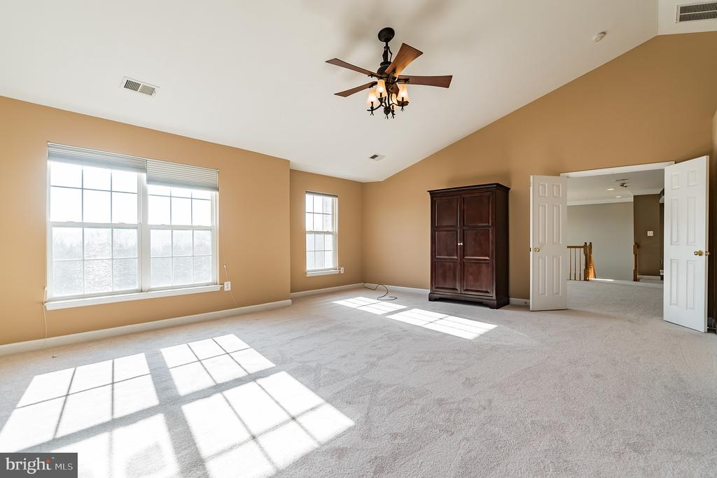 Light filled owner's suite - 25975 MCCOY CT, CHANTILLY