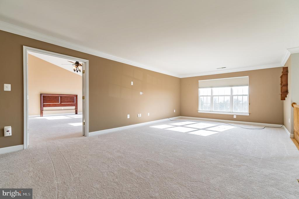 Spacious loft on the upper level of the home - 25975 MCCOY CT, CHANTILLY