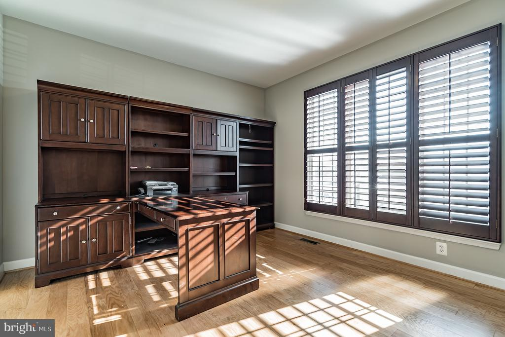 Large office with plantation shutters - 25975 MCCOY CT, CHANTILLY