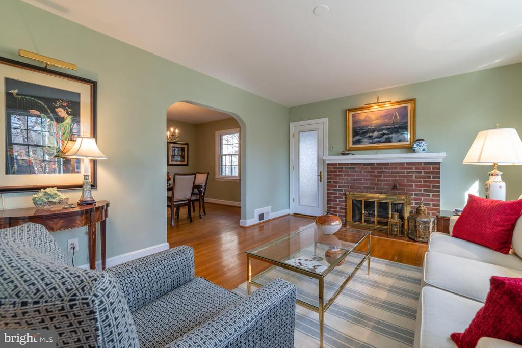 Formal Living Room with Gas Fireplace - 522 N NORWOOD ST, ARLINGTON
