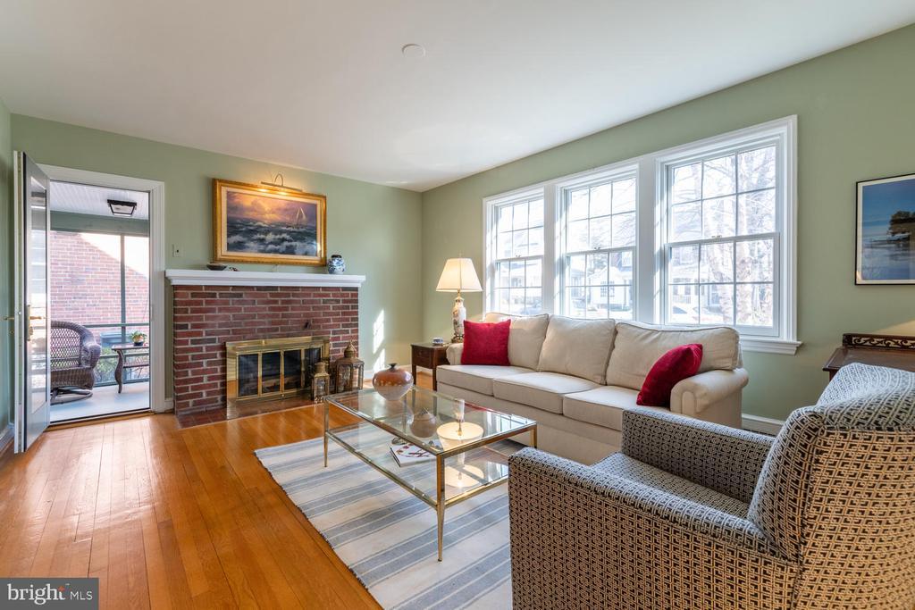 Living Room opens onto side screen porch - 522 N NORWOOD ST, ARLINGTON