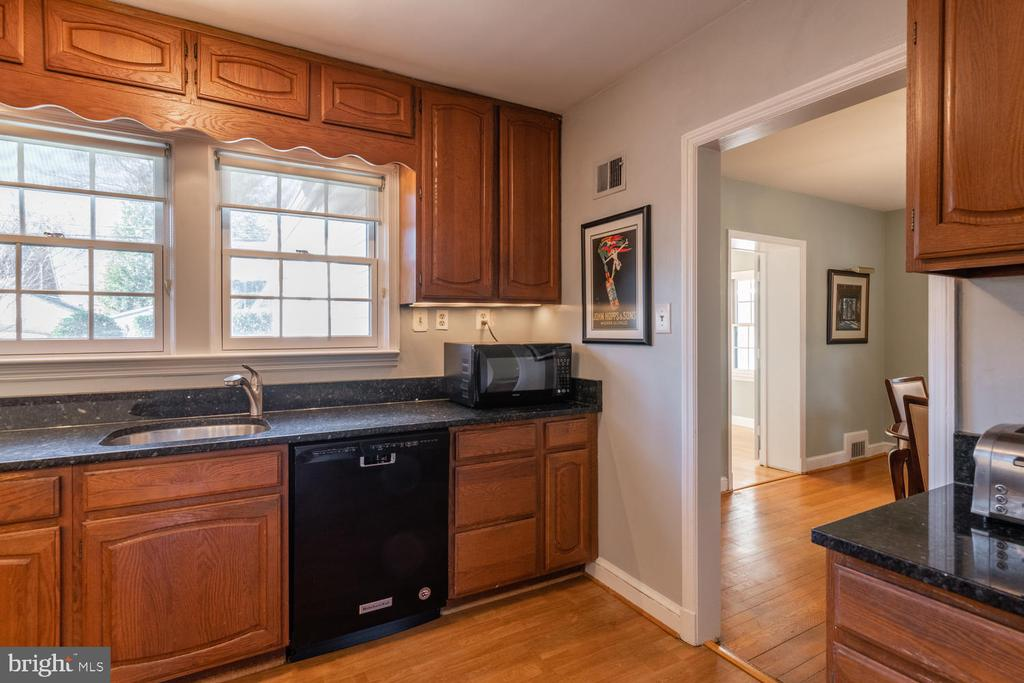 Updated kitchen with Granite counter tops - 522 N NORWOOD ST, ARLINGTON