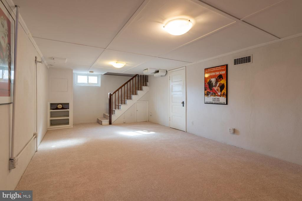 Carpeted Recreation Room in lower level - 522 N NORWOOD ST, ARLINGTON